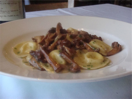 Ravioli tondi of fonduta Val d'Aostana with Chanterelle mushrooms